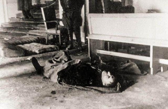 Voici une photographie de Hitler mort, qui est en réalité