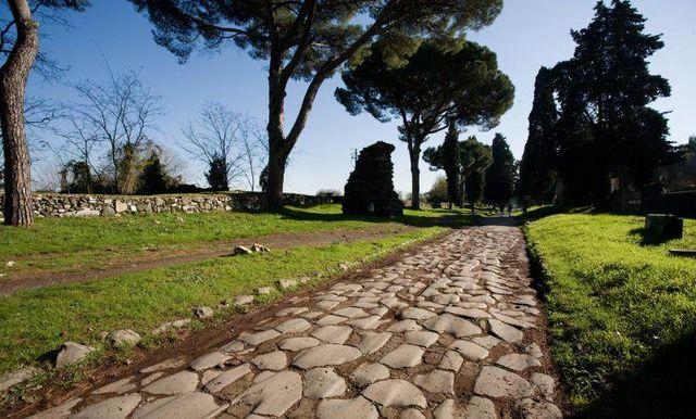 """La Via Appia est une voie romaine construite en 312 av. J.-C, surnommée """"la reine des voies""""."""